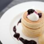 【キハチ カフェ】ブルーベリーとリコッタ・チーズのさわやかな味わいのパンケーキが新発売!「リコッタ・チーズのパンケーキ~フレッシュブルーベリージャム~」