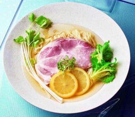 s_岡山浜作  ロースト桃太郎ポーク・レモン冷麺 盛り付け